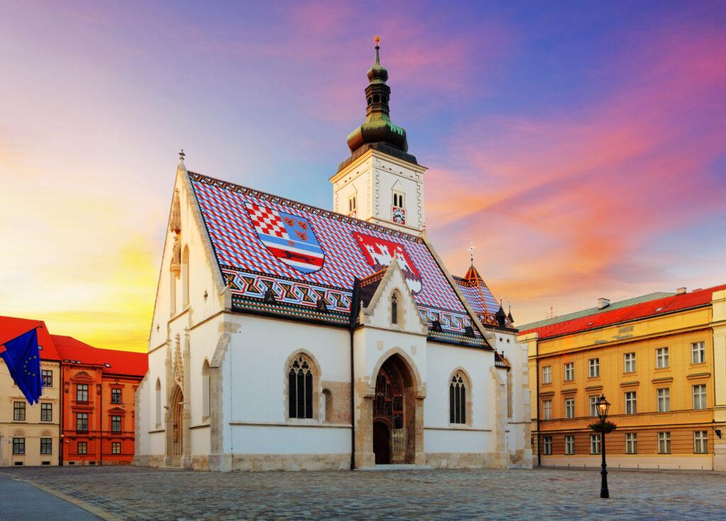 Kościół św. Marka w Zagrzebiu słynący dachem ozdobionym herbami Chorwacji i Zagrzebia.