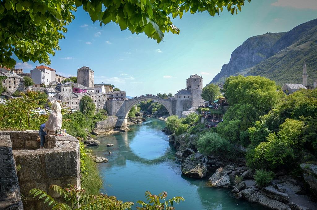 Mostar malowniczo położony nad rzeką Neretwą
