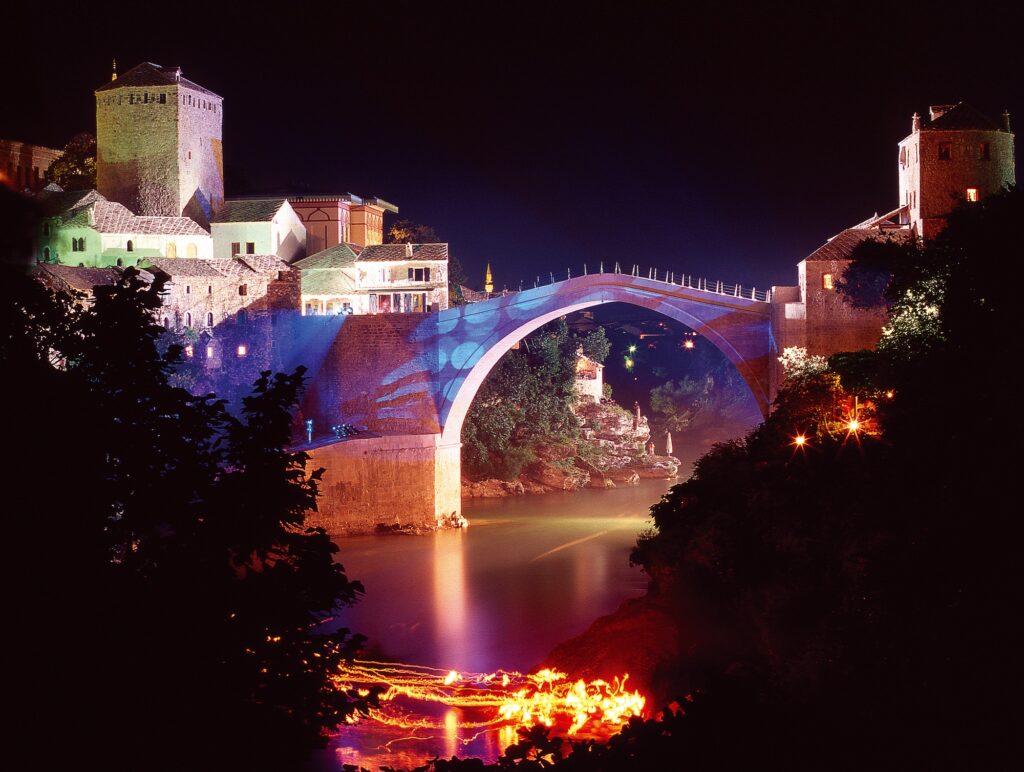Nocna iluminacja mostu w Mostarze