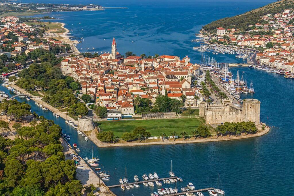 Panorama Starego Miasta w Trogirze, na pierwszym planie twierdza Kamerlengo