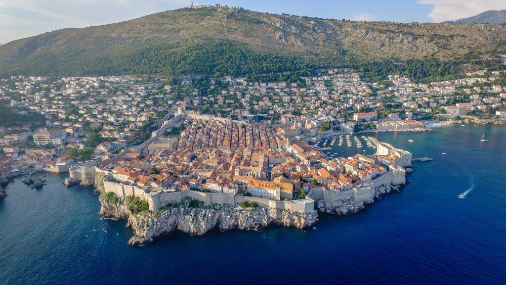 Mówiąc bałkańskie atrakcje, może pomyśleć o Dubrowniku. Panorama miasta z lotu ptaka.