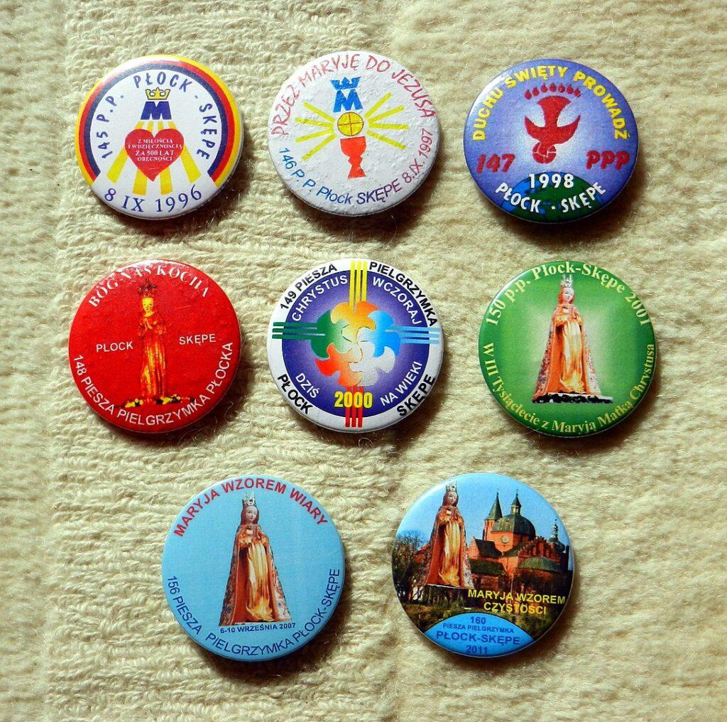 Pamiątki pielgrzymowania - emblematy pielgrzymkowe z pielgrzymki do Sanktuarium Matki Bożej Skępskiej.