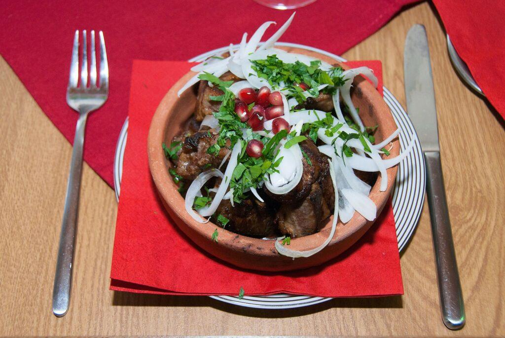 kuczmaczi, gruzińska potrawa z wątróbki żołądków i serc z dodatkiem orzechów i pestek granatu