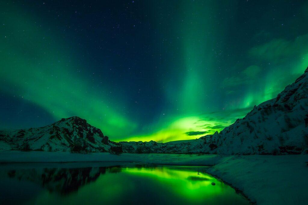 zorza polarna nad lodowcem w Islandii