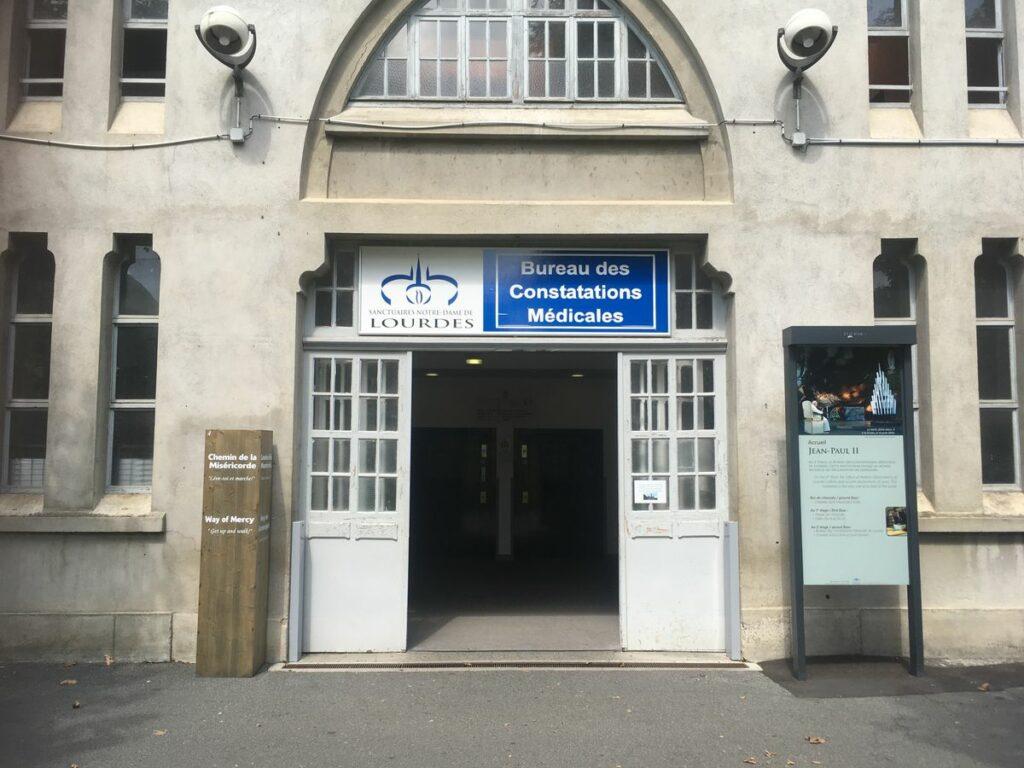 Biuro lekarskie w Lourdes - to tutaj badane są wszystkie przypadki cudownych uzdrowień.