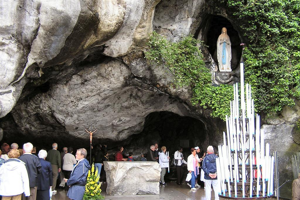 Grota Massabiellska - stąd wypływa cudowna woda, dzięki której Lourdes znane jest jako lecznica Pana Boga