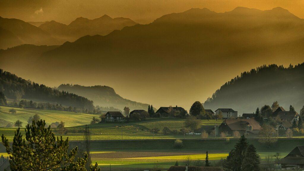 jesienny krajobraz wsi między wzgórzami