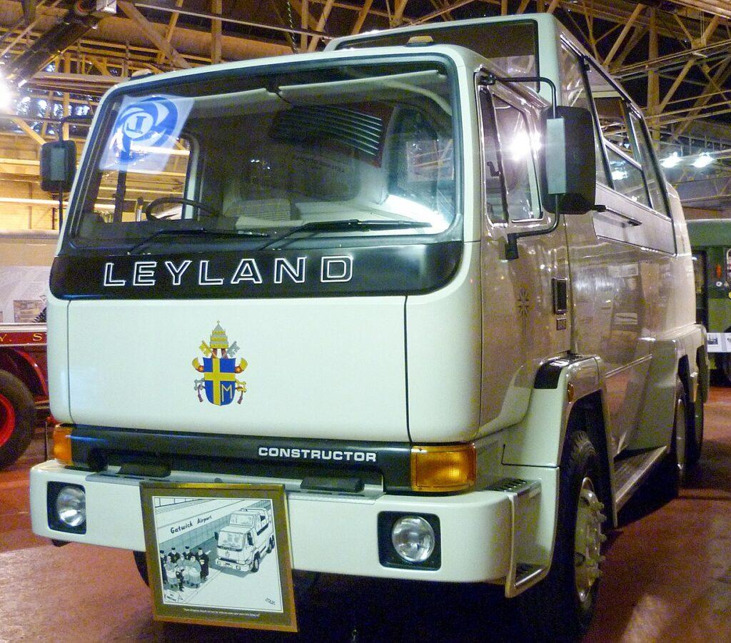 Największy papamobile w historii na bazie 24-tonowej ciężarówki Leyland