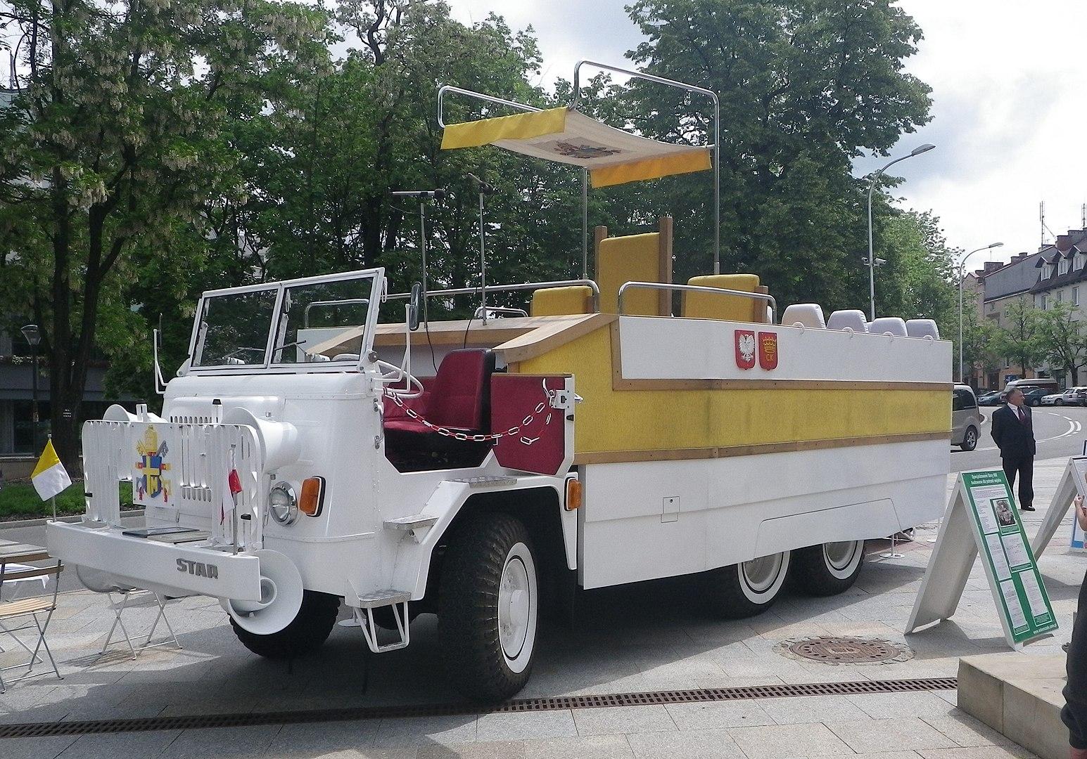 Papamobile – czyli jakim autem jeździ papież?
