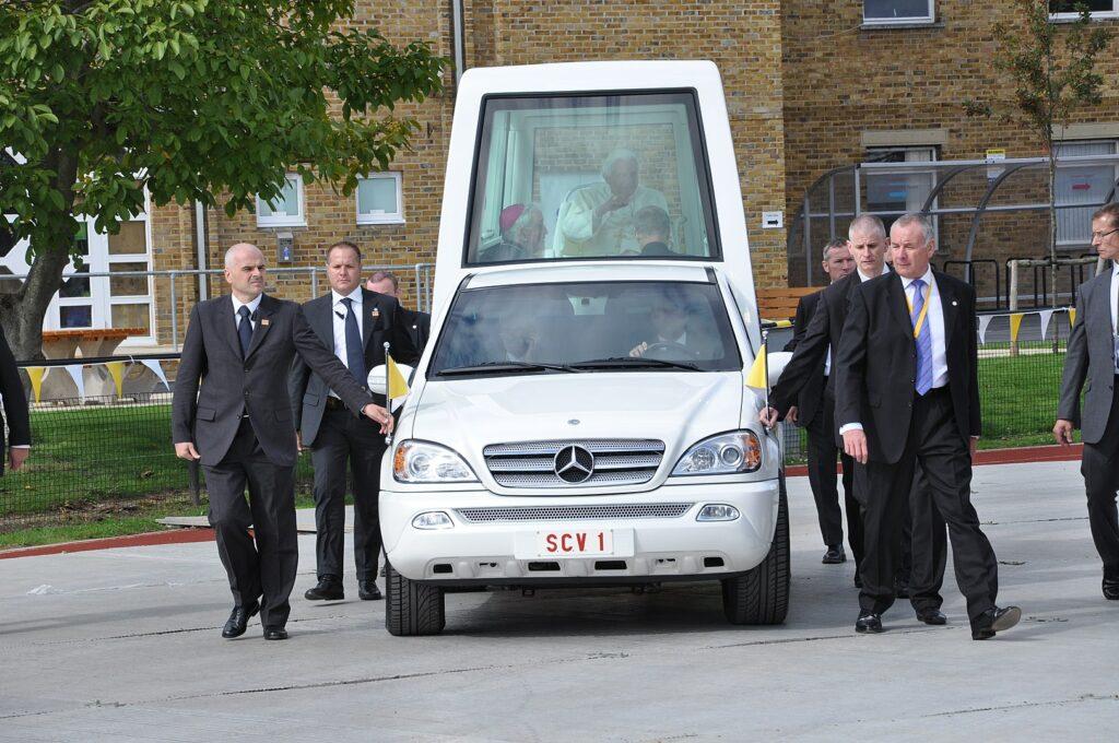 Czym jeździ papież Benedykt XVI - papamobile na bazie Mercedesa ML