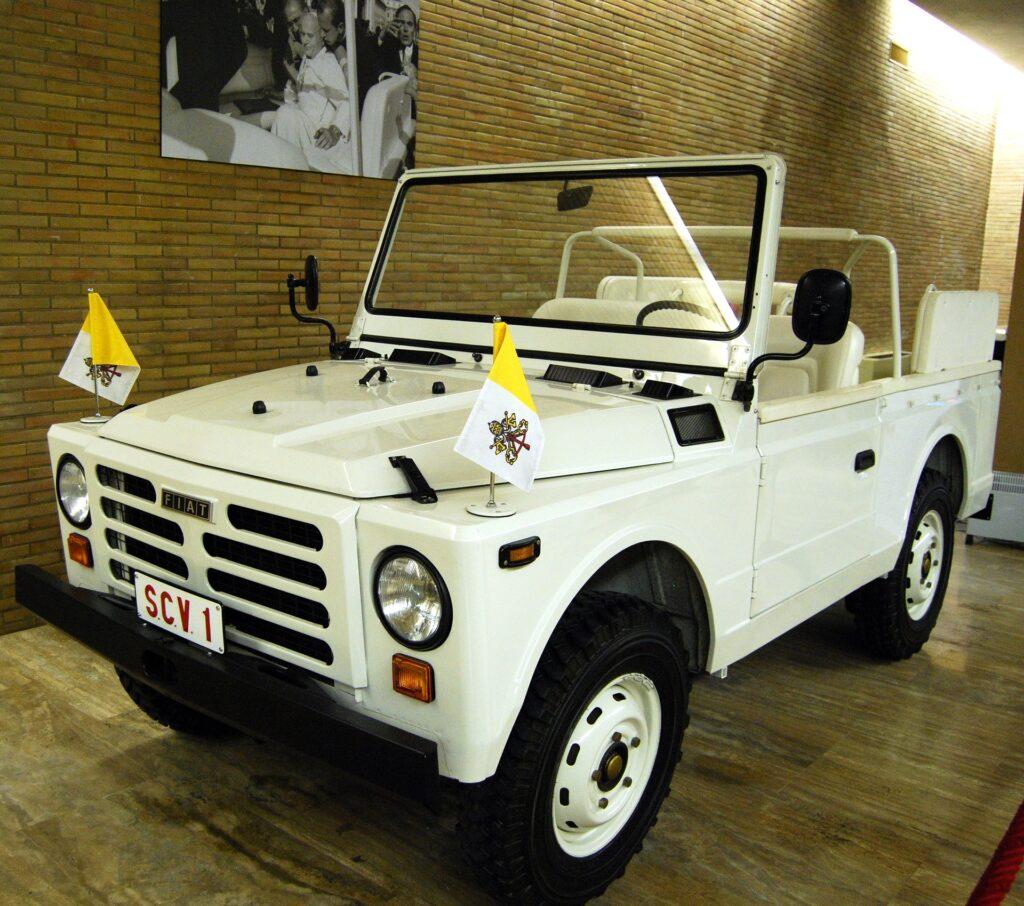 Fiat Nuova Campagnola - jeden z ulubionych papamobile Jana Pawła II, a także miejsce zamachu