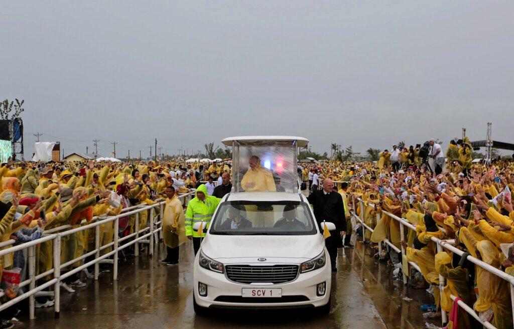 Czym jeździ papież Franciszek na Filipinach - papamobile marki Kia podczas spotkania z wiernymi w ulewnym deszczu