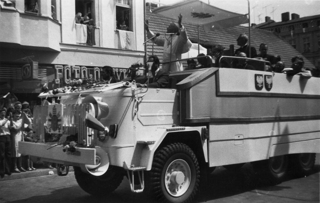 Czym jeździ papież Jan Paweł II w Polsce - Pierwszy polski papamobile, zbudowany na bazie ciężarówki Star